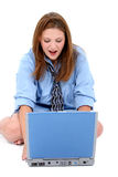 Mulher nova bonita na camisa do homem e laço com portátil Foto de Stock Royalty Free