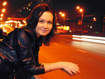 Mulher nova bonita na cidade da noite Imagens de Stock Royalty Free