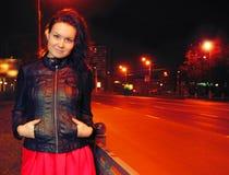 Mulher nova bonita na cidade da noite Fotos de Stock Royalty Free