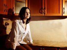 Mulher nova bonita na cozinha Fotos de Stock Royalty Free