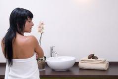 Mulher nova bonita na limpeza do quarto dos termas Imagem de Stock Royalty Free