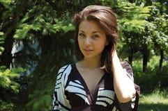 Mulher nova bonita na madeira imagem de stock royalty free