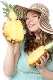 Mulher nova bonita no chapéu do verão fotografia de stock royalty free