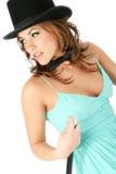 Mulher nova bonita no chapéu superior e no laço de curva Fotografia de Stock Royalty Free