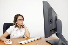 Mulher nova bonita no escritório Imagem de Stock Royalty Free