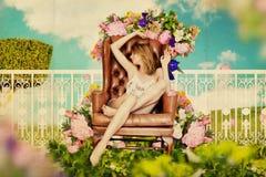 Mulher nova bonita no jardim feericamente Foto de Stock Royalty Free