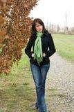 A mulher nova bonita no outono vai para uma caminhada Imagem de Stock