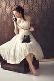 Mulher nova bonita no telefone imagem de stock