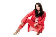Mulher nova bonita no terno vermelho. Isolado fotografia de stock