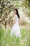 Mulher nova bonita no vestido branco Imagens de Stock Royalty Free