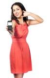 Mulher nova bonita no vestido vermelho com telefone Foto de Stock Royalty Free