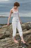 Mulher nova bonita que anda em uma praia rochosa Foto de Stock Royalty Free
