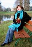 Mulher nova bonita que aprecia o dia do outono Imagens de Stock