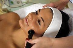 Mulher nova bonita que começ a massagem de face. Foto de Stock