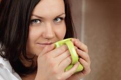 Mulher nova bonita que come o café da manhã Fotografia de Stock Royalty Free