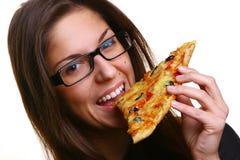 Mulher nova bonita que come a pizza foto de stock