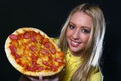Mulher nova bonita que come a pizza foto de stock royalty free