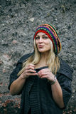 Mulher nova bonita que desgasta o chapéu rastafarian fotos de stock