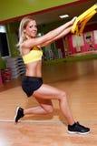 Mulher nova bonita que faz exercícios Fotos de Stock Royalty Free