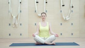 Mulher nova bonita que faz a ioga video estoque
