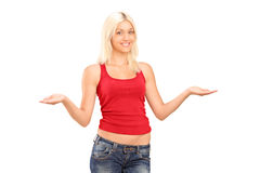 Mulher nova bonita que gesticula com seus braços Foto de Stock Royalty Free