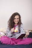 Mulher nova bonita que lê um livro Imagens de Stock Royalty Free