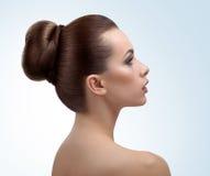 Mulher nova bonita que levanta no estúdio imagens de stock royalty free