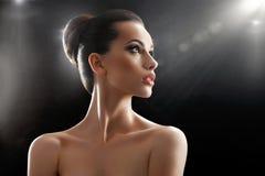 Mulher nova bonita que levanta no estúdio fotos de stock