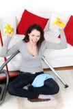 Mulher nova bonita que limpa em casa. Imagem de Stock