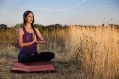 Mulher nova bonita que Meditating Fotografia de Stock Royalty Free