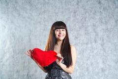 Mulher nova bonita que prende o coração vermelho Fotos de Stock Royalty Free