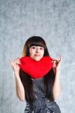 Mulher nova bonita que prende o coração vermelho Fotografia de Stock Royalty Free