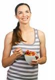 Mulher nova bonita que prende uma bacia de cereal Fotografia de Stock Royalty Free