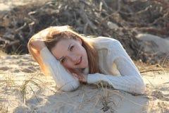 Mulher nova bonita que relaxa na praia Foto de Stock Royalty Free