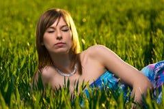 Mulher nova bonita que relaxa no parque verde Imagem de Stock