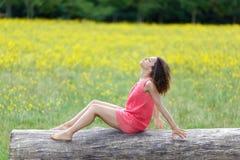 Mulher nova bonita que relaxa sobre imagem de stock royalty free