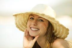 Mulher nova bonita que sorri na praia Foto de Stock Royalty Free