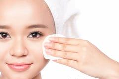 Mulher nova bonita que toca em sua face Pele saudável fresca Isolado no branco Imagem de Stock