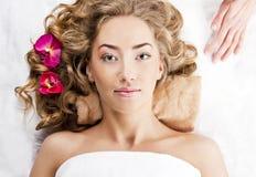 A mulher nova bonita relaxou, no salão de beleza dos termas Imagem de Stock