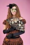 Mulher nova bonito com máscara do carnaval imagem de stock