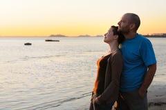 Mulher nova calva e homem calvo no sunse fotografia de stock