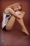 Mulher nova Charming no fundo marrom no estúdio Imagens de Stock