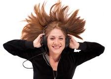 A mulher nova colocou em sua música para trás de apreciação Imagens de Stock