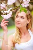 Mulher nova com árvore de cereja Foto de Stock Royalty Free