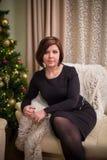 Mulher nova com árvore de Natal fotos de stock