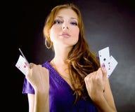 Mulher nova com ás quatro de um tipo fotografia de stock royalty free