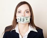 Mulher nova com 100 dólares em sua boca Fotografia de Stock Royalty Free