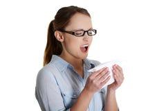 Mulher nova com alergia ou frio Foto de Stock