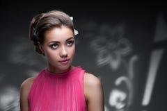 Mulher nova com as flores no cabelo Fotografia de Stock Royalty Free
