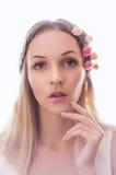 Mulher nova com as flores no cabelo Foto de Stock